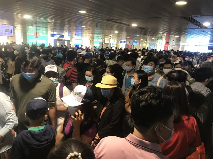 Hàng ngàn khách xếp hàng dài chờ soi chiếu ở sân bay Tân Sơn Nhất sáng sớm 15-4 - Ảnh 5.