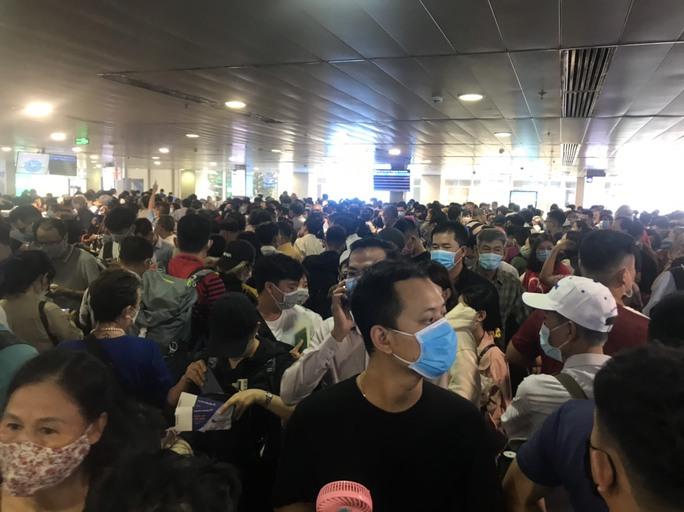 Hàng ngàn khách xếp hàng dài chờ soi chiếu ở sân bay Tân Sơn Nhất sáng sớm 15-4 - Ảnh 3.