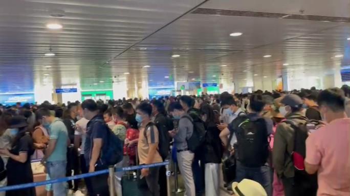 Tăng cường giải toả hành khách ở sân bay Tân Sơn Nhất - Ảnh 1.