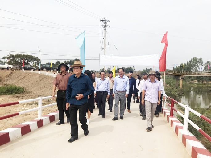 Nguyên Chủ tịch nước Trương Tấn Sang dự khánh thành 17 cầu nông thôn ở Long An - Ảnh 1.
