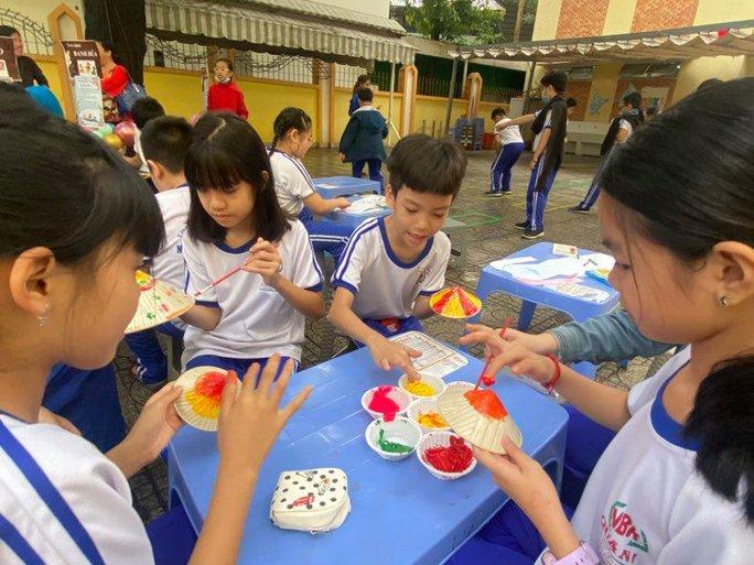 Trường Tiểu học Nguyễn Bỉnh Khiêm: Học sinh nhảy sạp, ném còn... ngay sân trường - Ảnh 3.