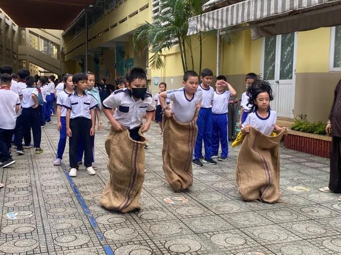 Trường Tiểu học Nguyễn Bỉnh Khiêm: Học sinh nhảy sạp, ném còn... ngay sân trường - Ảnh 4.