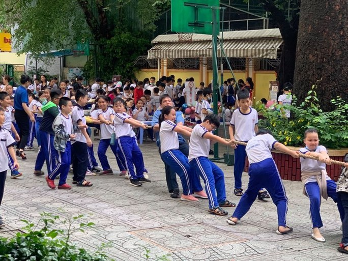 Trường Tiểu học Nguyễn Bỉnh Khiêm: Học sinh nhảy sạp, ném còn... ngay sân trường - Ảnh 5.