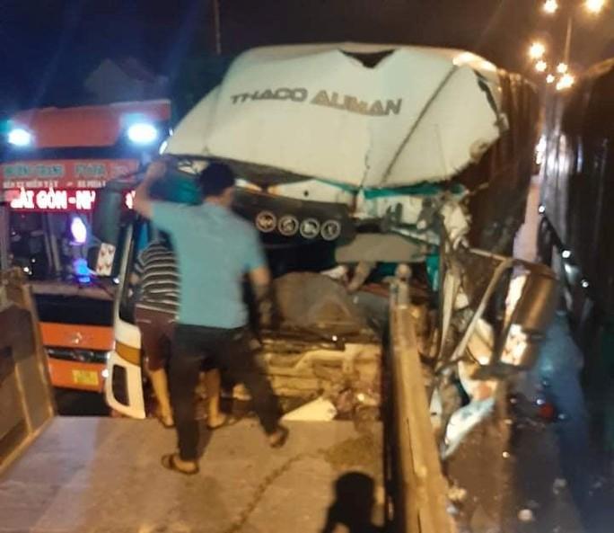 Tài xế xe tải chết kẹt sau tai nạn với xe container  - Ảnh 2.