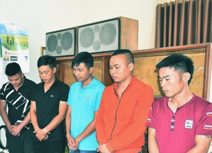 Bắt 5 thanh niên đánh bài ăn tiền ở lán trại công trình - Ảnh 1.