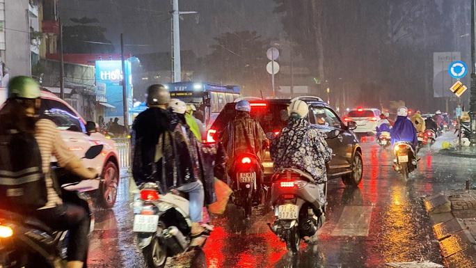 Nhiều nơi ở TP HCM ngập sau cơn mưa lớn rạng sáng - Ảnh 5.