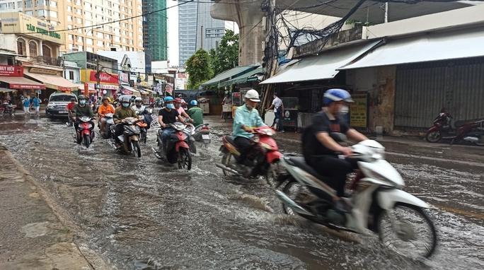 Nhiều nơi ở TP HCM ngập sau cơn mưa lớn rạng sáng - Ảnh 1.