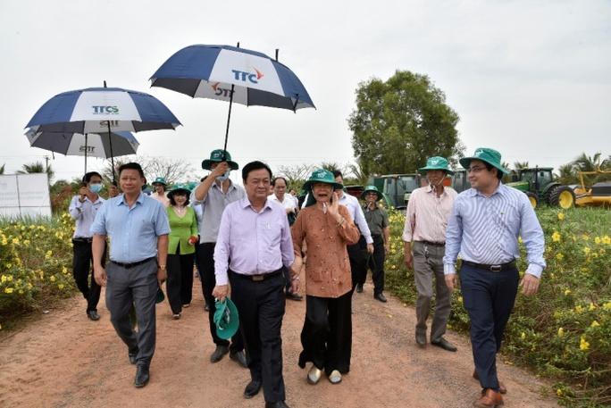 Tân Bộ trưởng Nông nghiệp và Phát triển Nông thôn Lê Minh Hoan đến thăm Nông trường Thành Long - Ảnh 1.