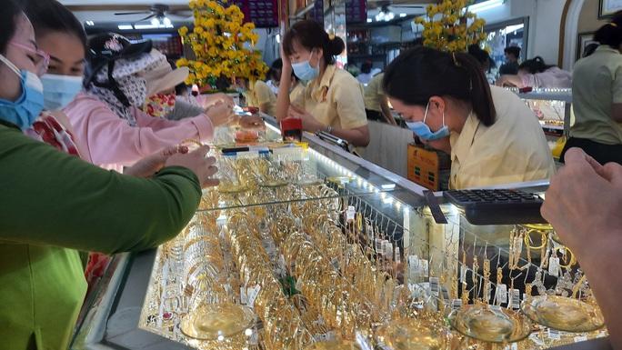 Giá vàng hôm nay 16-4: Vàng SJC và trang sức cùng tăng mạnh - Ảnh 1.