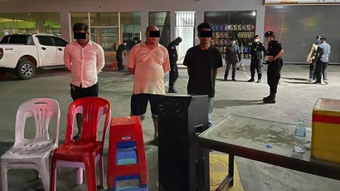 Tướng Campuchia bị Thủ tướng sờ gáy vì tiệc tùng giữa dịch Covid-19 - Ảnh 1.
