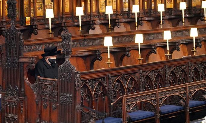 Nữ hoàng Anh lặng lẽ ngồi nhìn linh cữu Hoàng thân Philip - Ảnh 1.