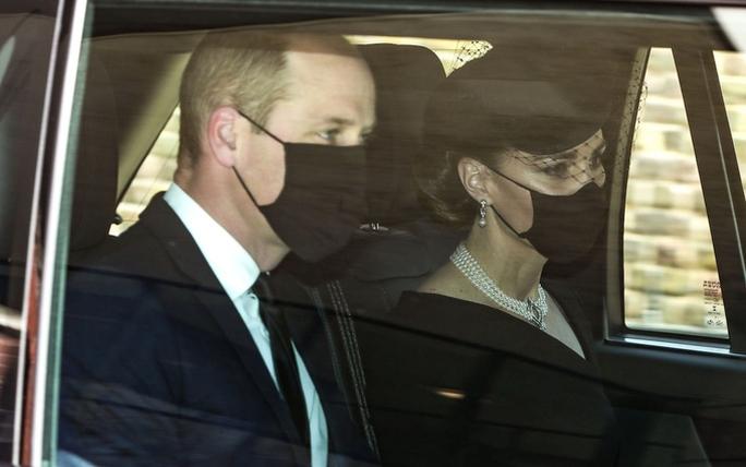 Nữ hoàng Anh lặng lẽ ngồi nhìn linh cữu Hoàng thân Philip - Ảnh 12.