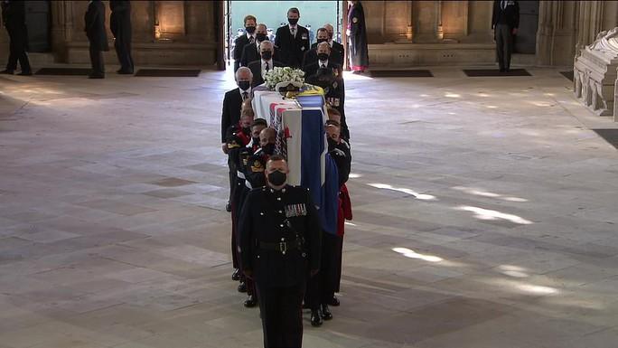 Nữ hoàng Anh lặng lẽ ngồi nhìn linh cữu Hoàng thân Philip - Ảnh 14.