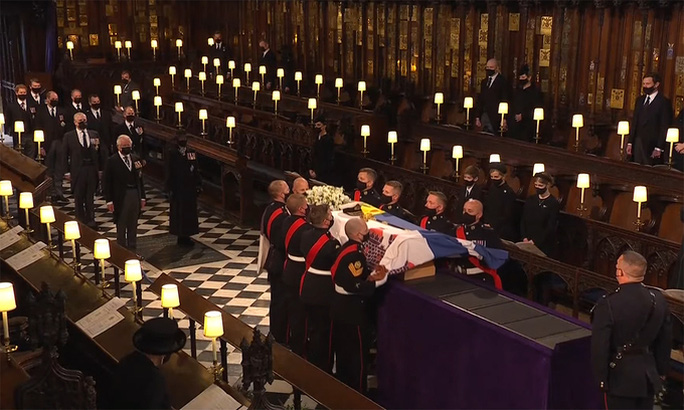Nữ hoàng Anh lặng lẽ ngồi nhìn linh cữu Hoàng thân Philip - Ảnh 15.