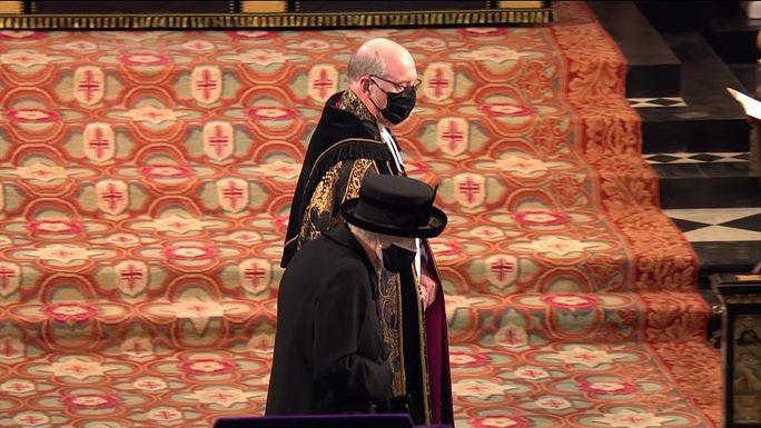 Nữ hoàng Anh lặng lẽ ngồi nhìn linh cữu Hoàng thân Philip - Ảnh 16.