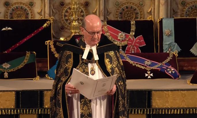Nữ hoàng Anh lặng lẽ ngồi nhìn linh cữu Hoàng thân Philip - Ảnh 17.