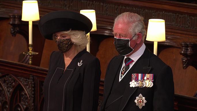 Nữ hoàng Anh lặng lẽ ngồi nhìn linh cữu Hoàng thân Philip - Ảnh 18.