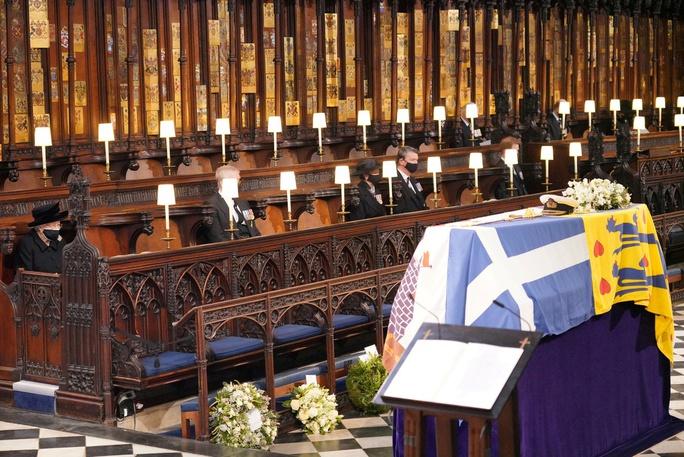 Nữ hoàng Anh lặng lẽ ngồi nhìn linh cữu Hoàng thân Philip - Ảnh 4.