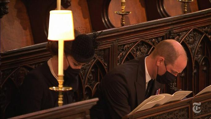 Nữ hoàng Anh lặng lẽ ngồi nhìn linh cữu Hoàng thân Philip - Ảnh 5.