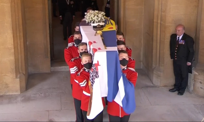 Nữ hoàng Anh lặng lẽ ngồi nhìn linh cữu Hoàng thân Philip - Ảnh 6.