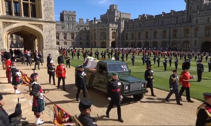 Nữ hoàng Anh lặng lẽ ngồi nhìn linh cữu Hoàng thân Philip - Ảnh 8.