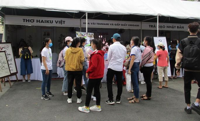 Xếp hàng dài chờ thưởng thức bò tuyết, sô cô la... tại Lễ hội Nhật - Việt - Ảnh 4.