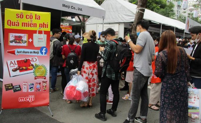 Xếp hàng dài chờ thưởng thức bò tuyết, sô cô la... tại Lễ hội Nhật - Việt - Ảnh 5.