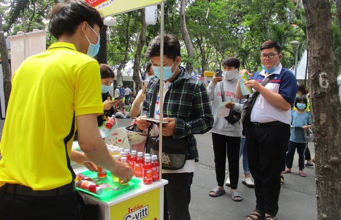 Xếp hàng dài chờ thưởng thức bò tuyết, sô cô la... tại Lễ hội Nhật - Việt - Ảnh 7.