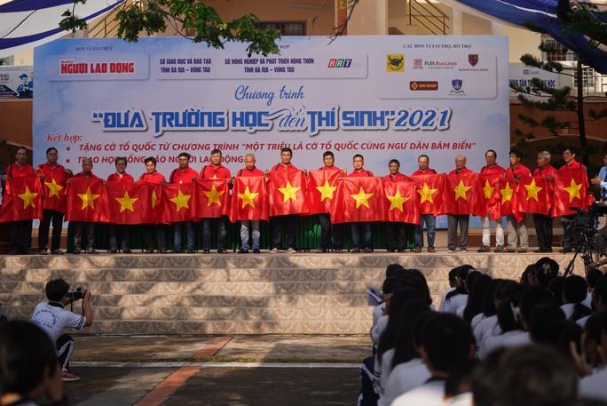 Trao tặng ngư dân Bà Rịa - Vũng Tàu 2.000 lá cờ Tổ Quốc - Ảnh 2.