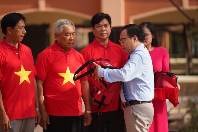 Trao tặng ngư dân Bà Rịa - Vũng Tàu 2.000 lá cờ Tổ Quốc - Ảnh 1.