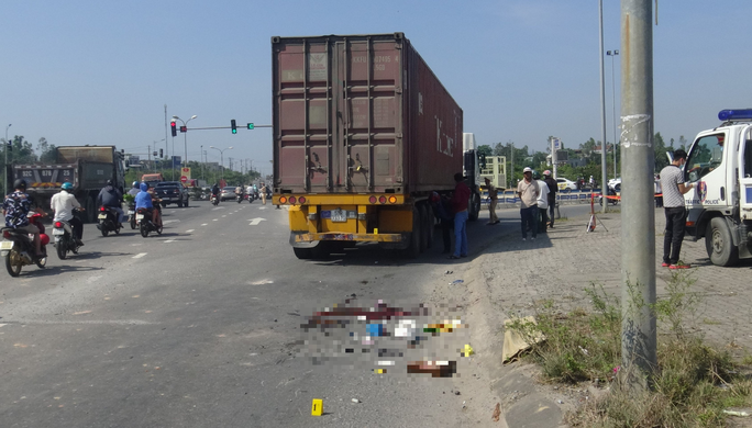 Đà Nẵng: Xe container cuốn xe đạp điện vào gầm, một người tử vong - Ảnh 2.