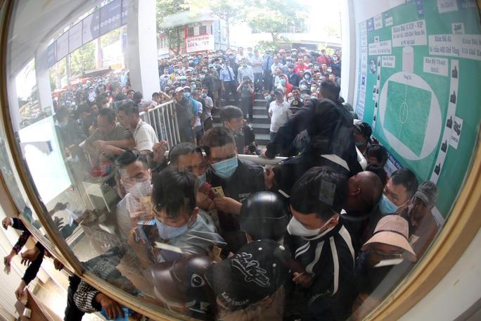 CLIP: Xếp hàng từ 4 giờ sáng mua vé trận Hoàng Anh Gia Lai - Hà Nội FC - Ảnh 4.