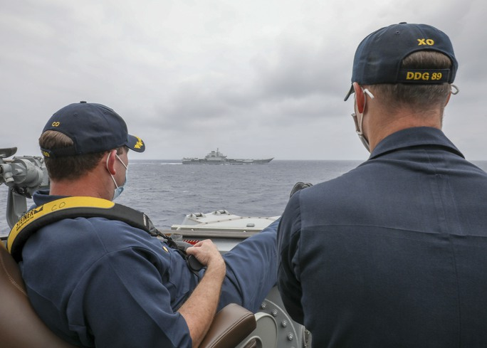 Tàu khu trục Mỹ bám sát tàu sân bay Trung Quốc trên biển Đông - Ảnh 2.