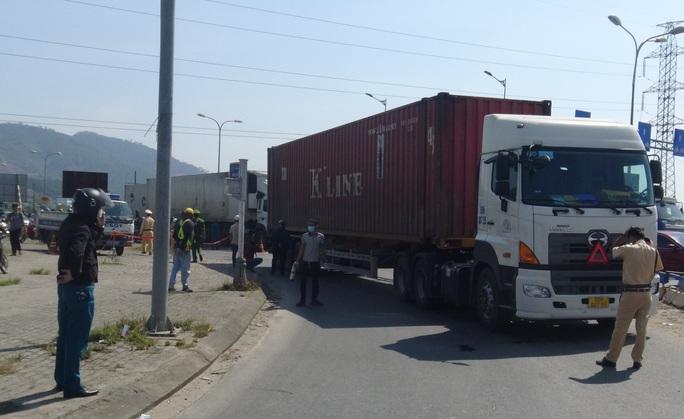 Đà Nẵng: Xe container cuốn xe đạp điện vào gầm, một người tử vong - Ảnh 1.