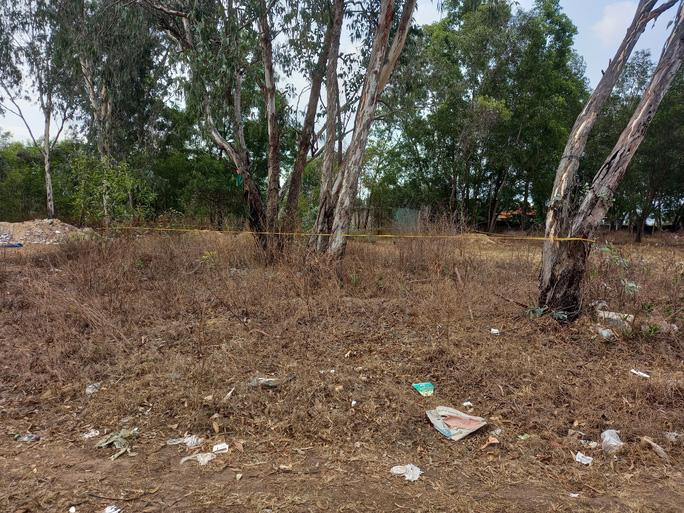 Nghi án bé gái 5 tuổi bị hiếp dâm, sát hại tại bãi đất trống gần nhà - Ảnh 1.