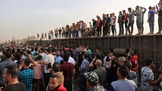 Ai Cập: Tàu hỏa trật bánh kinh hoàng, dân xếp hàng hiến máu cứu người - Ảnh 3.