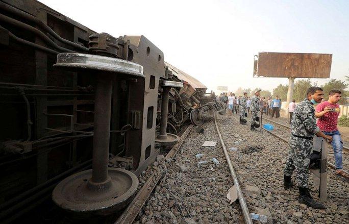 Ai Cập: Tàu hỏa trật bánh kinh hoàng, dân xếp hàng hiến máu cứu người - Ảnh 2.
