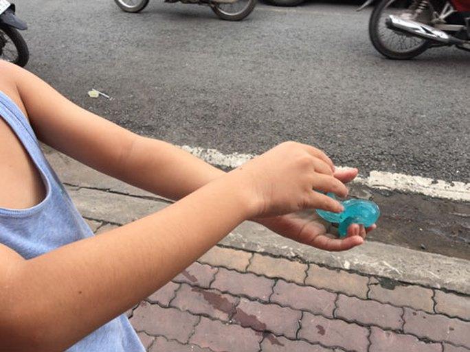 Mối lo từ thực phẩm, đồ chơi trước cổng trường - Ảnh 1.