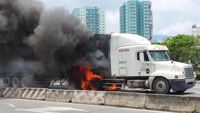 CLIP: Xe container vừa chạy vừa cháy, khói lửa cuồn cuộn ở TP Thủ Đức - Ảnh 3.