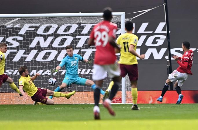 Vùi dập Burnley, Man United mơ soán ngôi Ngoại hạng của Man City - Ảnh 3.