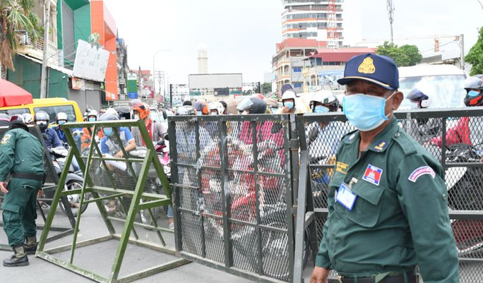 Covid-19: Campuchia bắt giữ 2 người Trung Quốc giả nhân viên y tế - Ảnh 3.