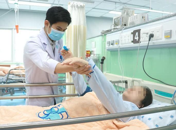 Mổ khẩn cứu con trước, cứu mẹ đang mong manh sự sống - Ảnh 1.