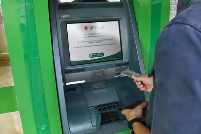 Thời của thẻ ATM gắn chip - Ảnh 1.