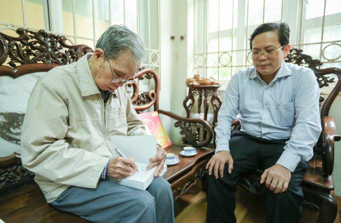 Mai Vàng nhân ái thăm nhà văn Ma Văn Kháng, Nguyễn Khắc Trường và thắp hương tưởng nhớ nhà văn Nguyễn Huy Thiệp - Ảnh 4.