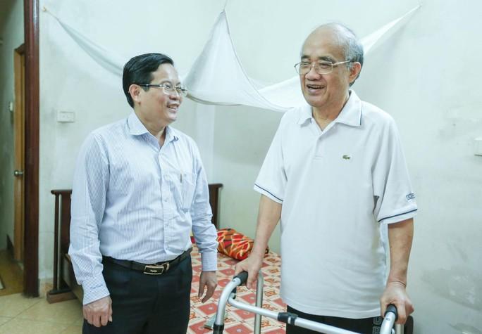 Mai Vàng nhân ái thăm nhà văn Ma Văn Kháng, Nguyễn Khắc Trường và thắp hương tưởng nhớ nhà văn Nguyễn Huy Thiệp - Ảnh 6.