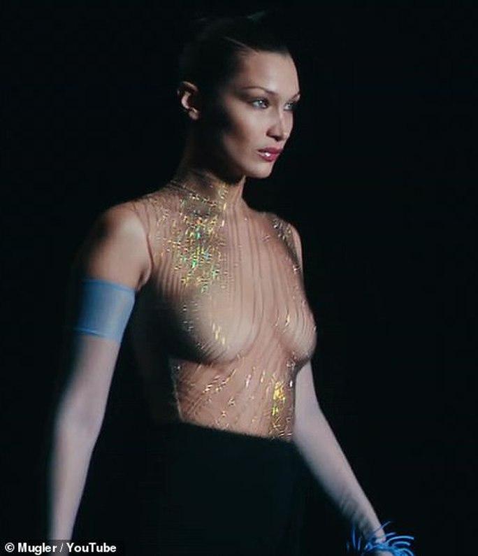 Siêu mẫu Bella Hadid, Irina Shayk khoe vẻ gợi cảm  - Ảnh 4.