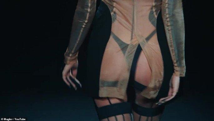 Siêu mẫu Bella Hadid, Irina Shayk khoe vẻ gợi cảm  - Ảnh 8.