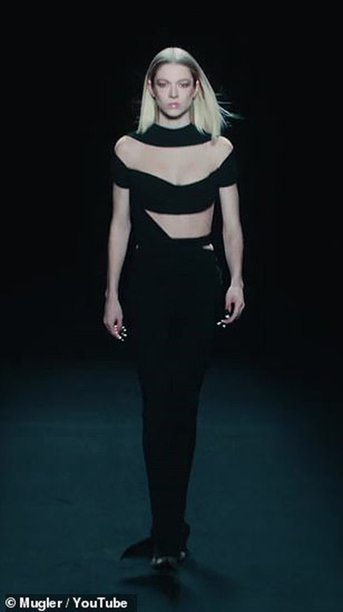 Siêu mẫu Bella Hadid, Irina Shayk khoe vẻ gợi cảm  - Ảnh 13.