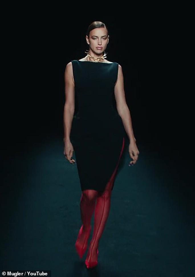 Siêu mẫu Bella Hadid, Irina Shayk khoe vẻ gợi cảm  - Ảnh 9.