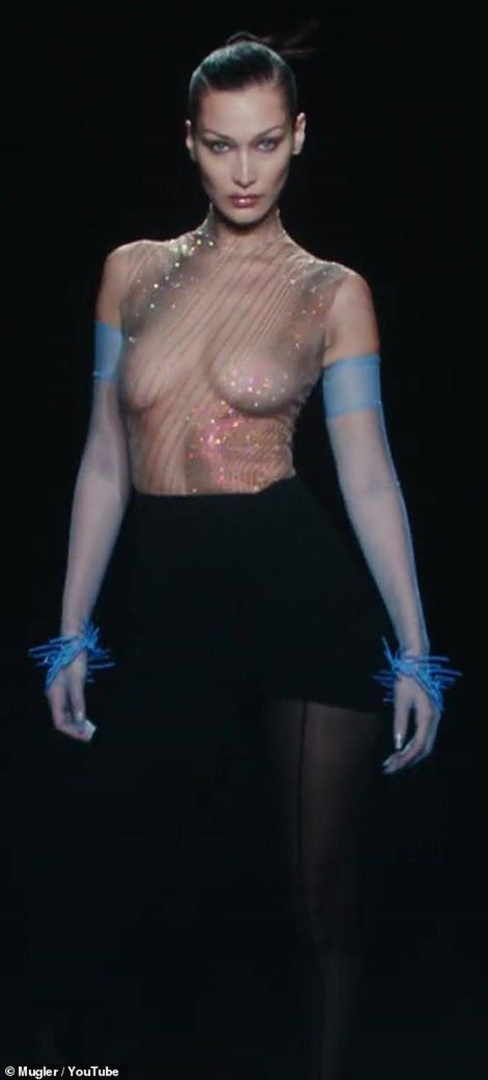Siêu mẫu Bella Hadid, Irina Shayk khoe vẻ gợi cảm  - Ảnh 3.